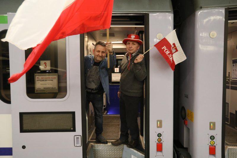 Varsó, 2018. március 13. Magyarország és a magyar kormány szimpatizánsai a Gazeta Polska lengyel hetilap klubjainak szervezésében Budapestre indulnak vonattal Varsóból 2018. március 13-án. A lengyel csoport az 1848-49-es forradalom és szabadságharc évfordulója alkalmából rendezett ünnepségeken vesz részt a magyar fõvárosban. (MTI/EPA/Leszek Szymanski)