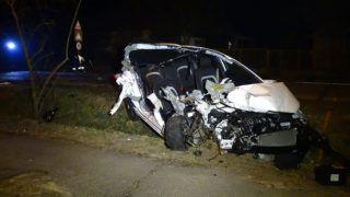 Tiszakécske, 2018. március 25. Ütközésben összetört személygépkocsi Tiszakécske-Tiszabög területén 2018. március 25-én. Az autó az út szélén álló tehergépjármûnek ütközött, utasa a balesetben olyan súlyosan megsérült, hogy a helyszínen életét vesztette. MTI Fotó: Donka Ferenc