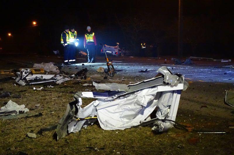 Tiszakécske, 2018. március 25. Ütközésben összetört személygépkocsi roncsai Tiszakécske-Tiszabög területén 2018. március 25-én. Az autó az út szélén álló tehergépjármûnek ütközött, utasa a balesetben olyan súlyosan megsérült, hogy a helyszínen életét vesztette. MTI Fotó: Donka Ferenc