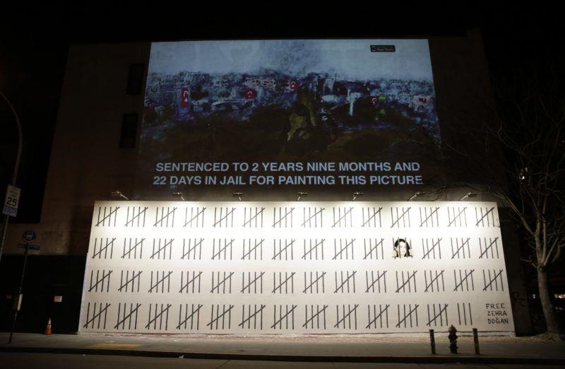 New York, 2018. március 16. Banksy brit graffitimûvész újabb alkotása Zehra Dogan bebörtönzött törökországi kurd újságíró és festõmûvész szabadon bocsátását követeli a New York-i Bowery utcában 2018. március 15-én. A felirat jelentése: Ennek a képnek a megfestéséért két, kilenc hónap és huszonkét nap börtönre ítélték. (MTI/EPA/Jason Szenes)