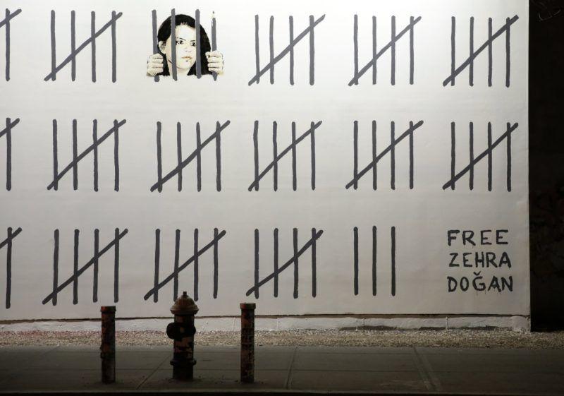 New York, 2018. március 16. Banksy brit graffitimûvész újabb alkotása Zehra Dogan bebörtönzött törökországi kurd újságíró és festõmûvész szabadon bocsátását követeli a New York-i Bowery utcában 2018. március 15-én. (MTI/EPA/Jason Szenes)