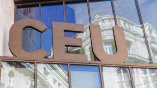 Budapest, 2017. május 1. A Közép-európai Egyetem épületének bejárata feletti felirat az V. kerületi Nádor utcában. A Közép-európai Egyetem, angol nevén Central European University, magyarul is használt rövidítése: CEU, az Amerikai Egyesült Államok és Magyarország mûködési engedélyével és akkreditációjával rendelkezõ, budapesti központú nemzetközi egyetem. A CEU a társadalom- és bölcsészettudomány, a jog, az üzleti élet, a kormányzat és közpolitika területén kínál posztgraduális képzést.  MTVA/Bizományosi: Faludi Imre  *************************** Kedves Felhasználó! Ez a fotó nem a Duna Médiaszolgáltató Zrt./MTI által készített és kiadott fényképfelvétel, így harmadik személy által támasztott bárminemû – különösen szerzõi jogi, szomszédos jogi és személyiségi jogi – igényért a fotó készítõje közvetlenül maga áll helyt, az MTVA felelõssége e körben kizárt.