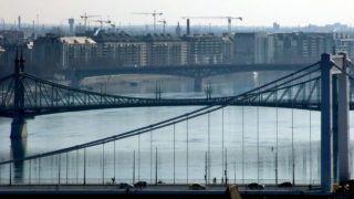 Budapest, 2018. február 19. Az Erzsébet híd, a Szabadság híd és a Petõfi híd a Duna fölött. A távolban toronydaruk sokasága dolgozik a fõváros IX. kerületében zajló építkezések helyszínein. MTVA/Bizományosi: Jászai Csaba  *************************** Kedves Felhasználó! Ez a fotó nem a Duna Médiaszolgáltató Zrt./MTI által készített és kiadott fényképfelvétel, így harmadik személy által támasztott bárminemû – különösen szerzõi jogi, szomszédos jogi és személyiségi jogi – igényért a fotó készítõje közvetlenül maga áll helyt, az MTVA felelõssége e körben kizárt.