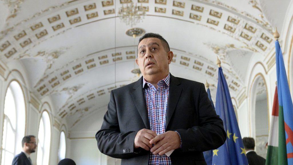 Budapest, 2016. április 21. Balogh János, az Országos Roma Önkormányzat (ORÖ) elnöke a szervezet rendkívüli közgyûlésén az ORÖ budapesti, VII. kerületi székházában 2016. április 21-én. Határozatképtelen volt az szervezet rendkívüli közgyûlése, de a párperces tanácskozást követõ sajtótájékoztatón több tag is jelezte: még a nap folyamán kezdeményezik újabb ülés összehívását. MTI Fotó: Kovács Tamás
