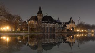 Budapest, 2018. március 24. A kivilágítatlan Vajdahunyad vár a Föld órája elnevezésû akció elõtt 2018. március 24-én. A Természetvédelmi Világalap (WWF) kezdeményezésére a 2007-ben indult világméretû akcióban részt vevõ városokban március utolsó szombatján este fél kilenc és fél tíz között egy órára lekapcsolják a világítást, hogy felhívják a figyelmet a Földet fenyegetõ éghajlatváltozás veszélyeire. MTI Fotó: Kovács Tamás