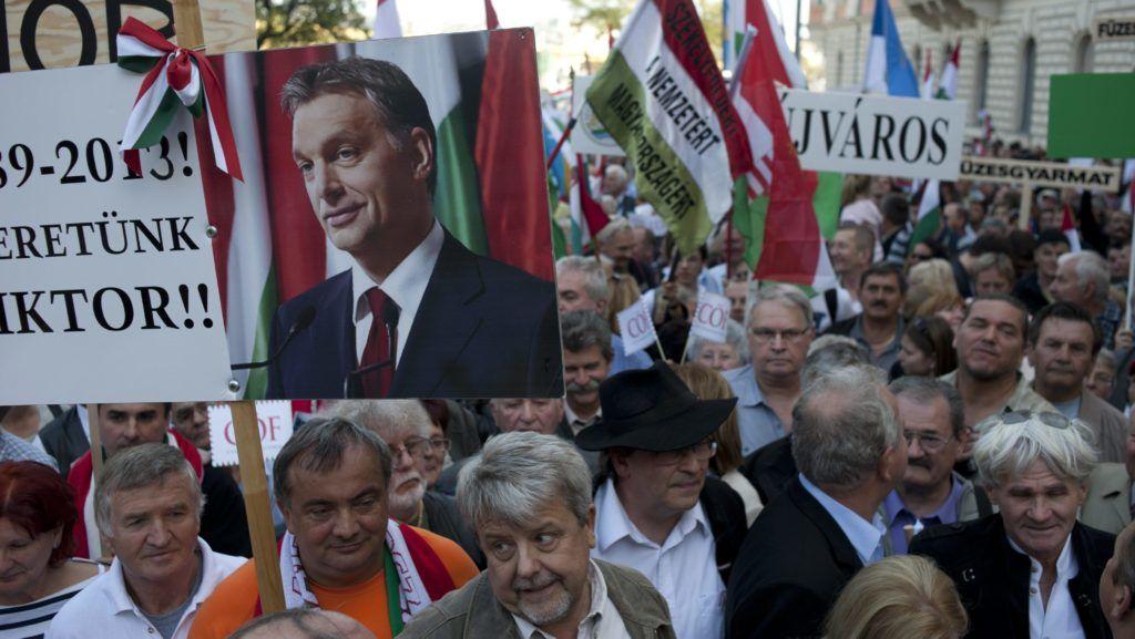 Budapest, 2013. október 23. A Békemenet résztvevõi a Margit hídhoz érkeznek az 1956-os forradalom és szabadságharc 57. évfordulóján 2013. október 23-án. MTI Fotó: Kallos Bea