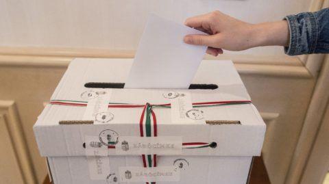 Brüsszel, 2016. október 2. Egy szavazó bedobja a szavazólapot az urnába a brüsszeli magyar fõkonzulátuson a kvótareferendum napján, 2016. október 2-án. A népszavazást a nem magyar állampolgárok Magyarországra történõ kötelezõ betelepítésével kapcsolatban írták ki. A brüsszeli külképviseleten 714 magyarországi állandó lakcímmel rendelkezõ szavazó vetette fel magát a szavazólistára. MTI Fotó: Kallos Bea