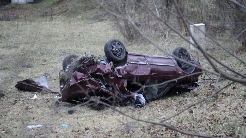 Budapest, 2018. március 26. Árokba borult, összetört személygépkocsi az M2-es autóúton, az M0-s csomópont közelében 2018. március 26-án. A gépkocsi átszakította a szalagkorlátot. A balesetben egy ember a helyszínen meghalt, ketten megsérültek. MTI Fotó: Mihádák Zoltán