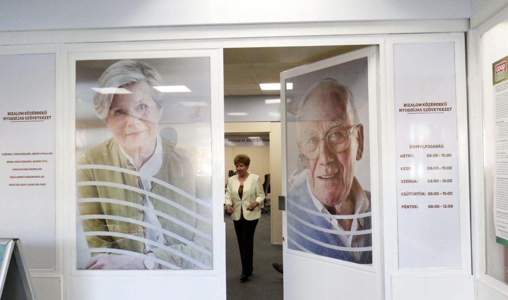 Szolnok, 2017. október 16. A Bizalom Közérdekû Nyugdíjas Szövetkezet új irodájának a bejárata Szolnokon 2017. október 16-án. Partnerségi megállapodást kötött a nyugdíjas szövetkezet és a Coop Szolnok. MTI Fotó: Mészáros János