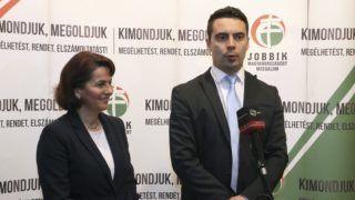 Veszprém, 2015. február 4. Vona Gábor, a Jobbik elnöke és Varga-Damm Andrea, a párt veszprémi képviselõjelöltje sajtótájékoztatót tart a Jobbik lakossági fóruma elõtt Veszprémben 2015. február 4-én. MTI Fotó: Nagy Lajos