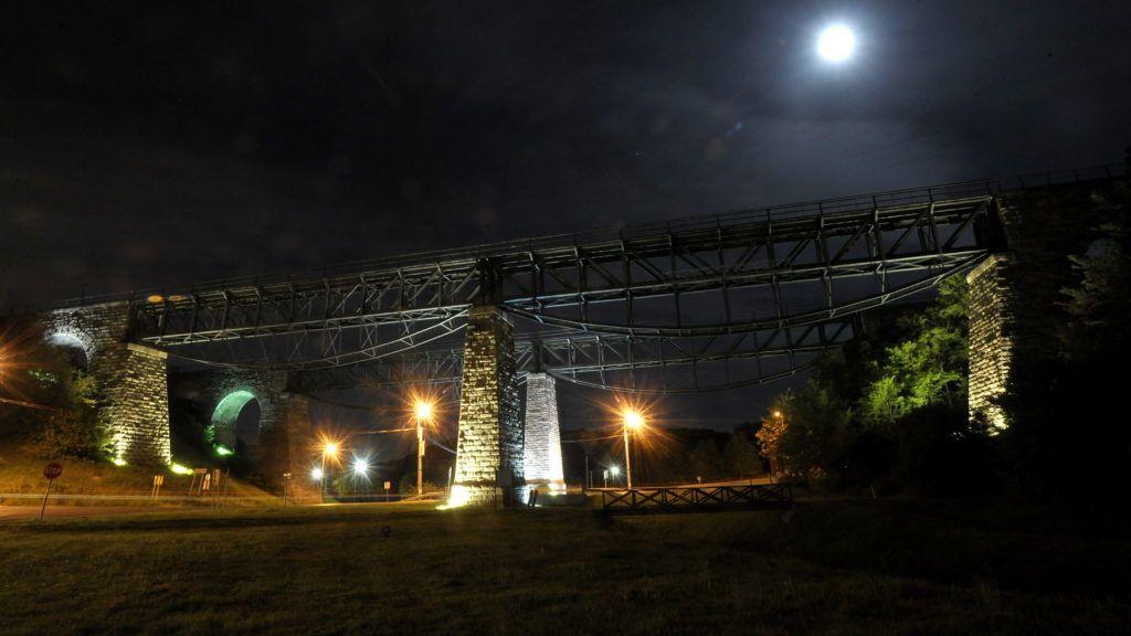 Biatorbágy, 2009. május 6. A biatorbágyi viadukt éjszakai díszkivilágításban. A helyi mûszaki mûemléki védettséget élvezõ viadukt a múlt században fontos szerepet töltött be a vasúti közlekedésben. Kétes hírnévre 1931. szeptember 13-án tett szert, amikor a rajta átrobogó bécsi nemzetközi gyorsot felrobbantották. A 22 halálos áldozatot és 17 sebesültet követelõ merényletet Matuska Szilveszter bécsi kereskedõ követte el. A megrongálódott viadukt vasszerkezetét helyrehozták, ám késõbb ezen a vonalon megszûnt a vasúti közlekedés, és a MÁV átadta a használaton kívüli építményt az önkormányzat elõdjének, a helyi tanácsnak. MTI Fotó: Kovács Attila