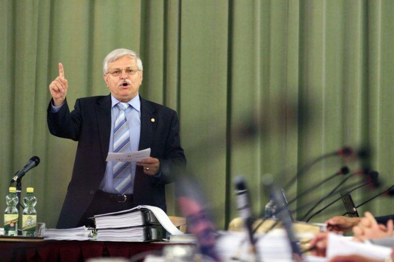 Nagykanizsa, 2010. június 24. Marton István polgármester beszél a nagykanizsai önkormányzat közgyûlésének ülésén a Medgyaszay Házban, miután a nagykanizsai képviselõk többségének szavazatával megvonták tõle az ülés vezetését. MTI Fotó: Varga György