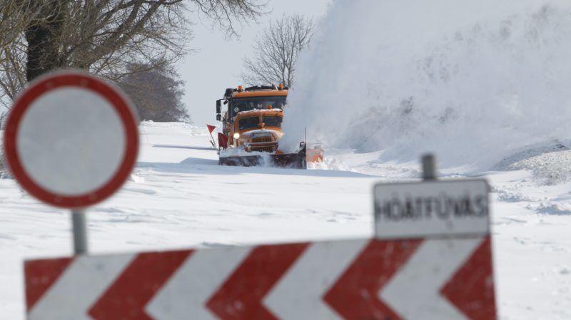 Pölöskefõ, 2018. február 28. Hómaró takarítja el a havat a hófúvás miatt lezárt Pölöskefõ és Gelse közötti úton Pölöskefõ határában 2018. február 28-án. MTI Fotó: Varga György