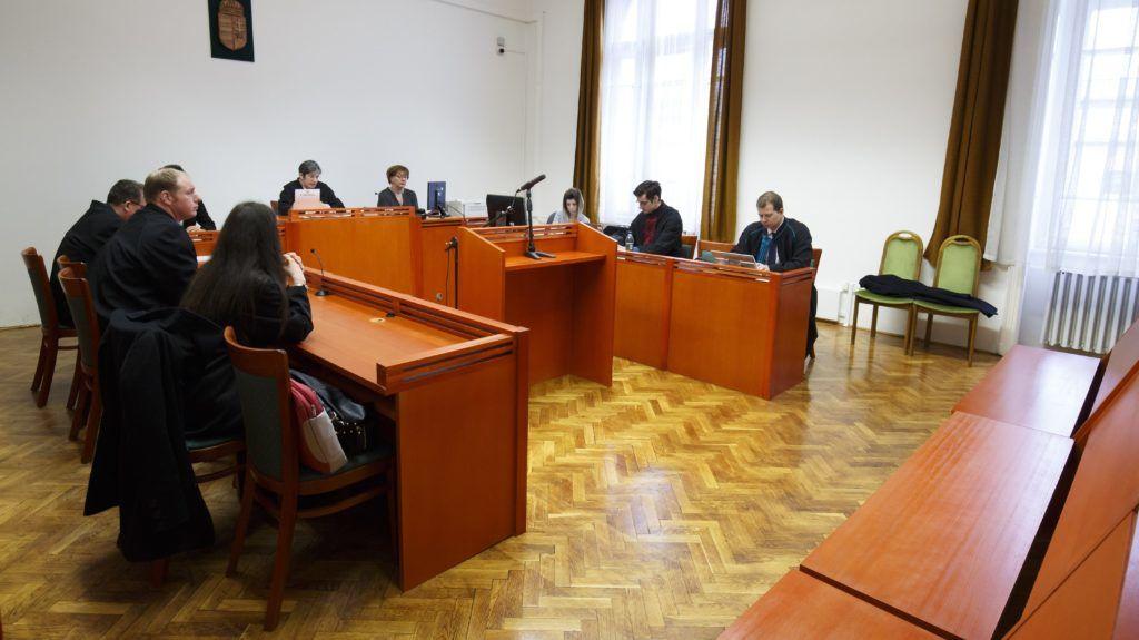 Kaposvár, 2018. március 8. Balla Barbara bírónõ (b) az ítélet indoklását ismerteti, jobbra az üres, vádlottak padja az MVM Zrt. tulajdonában álló Paksi Atomerõmû Zrt. volt vezérigazgatója, Kocsis István és öt társa ellen bûnszervezetben elkövetett, különösen jelentõs vagyoni hátrányt okozó hûtlen kezelés miatt indult büntetõperben a Kaposvári Törvényszéken 2018. március 8-én, az úgynevezett MVM-perben. A vád szerint a Magyar Villamos Mûvek (MVM), a Paksi Atomerõmû Zrt. és a System Consulting Zrt. egykori vezetõ beosztású dolgozói munkájuk során elõnytelen szerzõdéseket kötöttek, az MVM-nek 15,1 milliárd forint vagyoni hátrányt okozva, amibõl 12,1 milliárd forint térül meg. MTI Fotó: Varga György