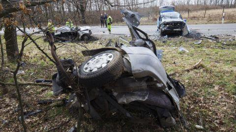 Bagod, 2018. március 11. Összeroncsolódott személyautók a 76-os fõúton, Bagod közelében 2018. március 11-én, miután a két jármû frontálisan összeütközött. Egy férfi a helyszínen meghalt, többen megsérültek, köztük két gyerek is.  MTI Fotó: Varga György