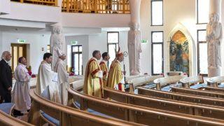 Veresegyház, 2016. május 14.Beer Miklós váci megyés püspök (j) érkezik az új Szentlélek templom felszentelése alkalmából tartott ünnepi szentmisére Veresegyházon 2016. május 14-én.MTI Fotó: Illyés Tibor