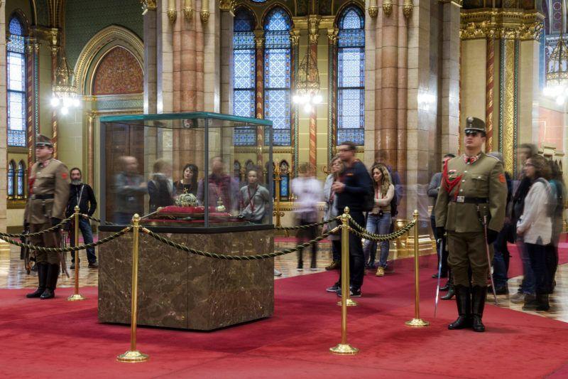 Budapest, 2018. január 5.Látogatók az Országház kupolacsarnokában, ahol a Szent Koronát az országalmával, a jogart és a kardot a Honvéd Koronaőrség őrzi 2018. január 5-én. Az 1945-ben az Egyesült Államokba került koronázási jelvényeket Cyrus Vance külügyminiszter adta vissza a magyar népnek. Az évforduló alkalmából a Parlamentben január 6-án nyílt napot tartanak.MTI Fotó: Illyés Tibor