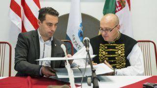 Érpatak, 2013. november 29. Vona Gábor, a Jobbik elnöke (b) és Orosz Mihály Zoltán, Érpatak polgármestere aláírja az együttmûködési megállapodást Érpatakon, az általános iskola aulájában 2013. november 29-én. A szabolcsi településen a Jobbik Magyarországért Mozgalom és az Érpataki Modell Országos Hálózata közötti együttmûködési megállapodás ünnepélyes aláírása alkalmából szerveztek stratégiaismertetõ rendezvényt és sajtótájékoztatót. MTI Fotó: Balázs Attila
