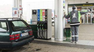 Beregszász, 2014. november 27. Magyar autós tankol egy benzinkúton a kárpátaljai Beregszászon 2014. november 26-án. Az utóbbi hónapokban folyamatosan emelkedõ ukrajnai üzemanyagárak ellenére, még mindig megéri a magyar autósoknak a szomszédos országban tankolni: a 95-ös benzin és a dízel kárpátaljai átlagárával számolva körülbelül négy-ötezer forinttal lehet olcsóbban megtölteni a gépjármûvek üzemanyagtartályát, mint Magyarországon. MTI Fotó: Balázs Attila