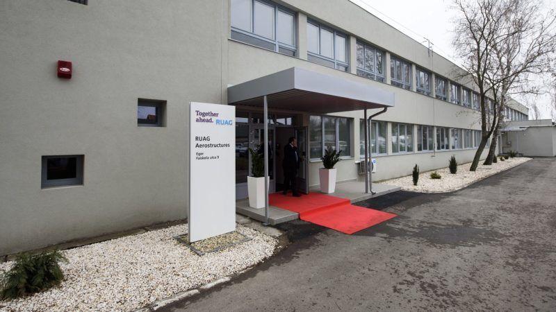 Eger, 2017. március 1. A repülõgépipari RUAG Aerostructures cég egri gyára az avatóünnepség napján, 2017. március 1-jén. A svájci cég az új üzemben az Airbus és a Bombardier gépeihez készíti majd a géptörzsek középsõ részét, a szárnyvégeket, és a repülõgépek burkolatát. A kétmilliárd forintos beruházással létesített gyárban kezdetben 60-an dolgoznak, az év végére azonban 180-ra növekszik a létszám. MTI Fotó: Komka Péter