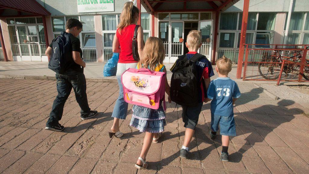 Gyál, 2011. augusztus 26.A négygyermekes Kemenczei család megérkezik a gyáli Bartók Béla Általános Iskolába, hogy átvegyék az ingyenes tankönyveket, amelyre az iskola 440 tanulójának kétharmada jogosult.MTI Fotó: Koszticsák Szilárd