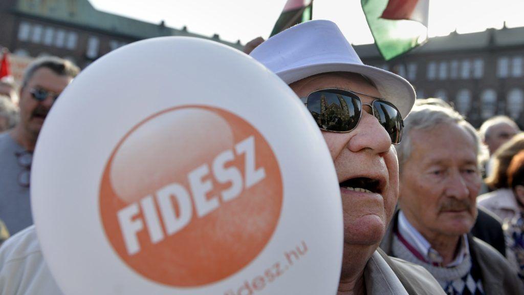 Szeged, 2014. április 4. Résztvevõk a Fidesz-KDNP választási nagygyûlésén a szegedi Dóm téren 2014. április 4-én. MTI Fotó: Koszticsák Szilárd