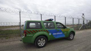 Röszke, 2017. április 28. Gépkocsizó járõr a szerb-magyar határon álló biztonsági határzár elsõ és második kerítéssora között futó manõverúton Röszke térségében 2017. április 28-án. Elkészült a kétsoros kerítésrendszer második kerítése a magyar-szerb határ teljes, 155 kilométeres hosszán. MTI Fotó: Kelemen Zoltán Gergely