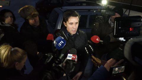 Szeged, 2018. március 1. Czeglédy Csaba nyilatkozik miután elhagyta a Szegedi Fegyház és Börtönt 2018. március 1-jén. Az ügyészség a hivatalos képviselõjelölt Czeglédy mentelmi joga miatt megszüntette a bûnszervezetben, üzletszerûen, különösen jelentõs vagyoni hátrányt okozó költségvetési csalás bûntettével gyanúsított politikus elõzetes letartóztatását. Czeglédy Csaba (Éljen Szombathely!-MSZP-DK-Együtt) szombathelyi önkormányzati képviselõ, ügyvédként az MSZP és a DK is jogi képviseletét is ellátta több ügyben. MTI Fotó: Kelemen Zoltán Gergely