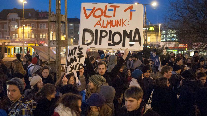 Budapest, 2012. december 13.Középiskolások tüntetnek a felsőoktatási keretszámok csökkentése ellen a budapesti Széll Kálmán téren 2012. december 13-án.MTI Fotó: Marjai János