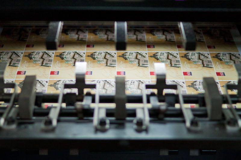 Budapest, 2012. január 27. Nyomtatott ívek egy Heidelberg nyomdagép kirakójában a Magyar Kereskedelmi Bank (MKB) által kibocsájtandó Széchenyi Pihenõkártyák (SZÉP-kártya) gyártása közben a Pénzjegynyomdában.  MTI Fotó: Pénzjegynyomda