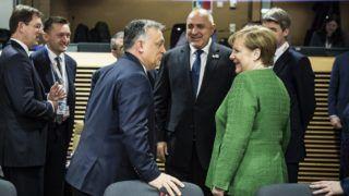 Brüsszel, 2018. február 23. A Miniszterelnöki Sajtóiroda által közreadott képen Orbán Viktor miniszterelnök (elöl b) beszélget Angela Merkel német kancellárral a brüsszeli EU-csúcs elõtt 2018. február 23-án. Balról Miro Cerar szlovén kormányfõ, Rogán Antal, a Miniszterelnöki Kabinetirodát vezetõ miniszter (b2) és Bojko Boriszov bolgár miniszterelnök (k).  MTI Fotó: Miniszterelnöki Sajtóiroda / Szecsõdi Balázs