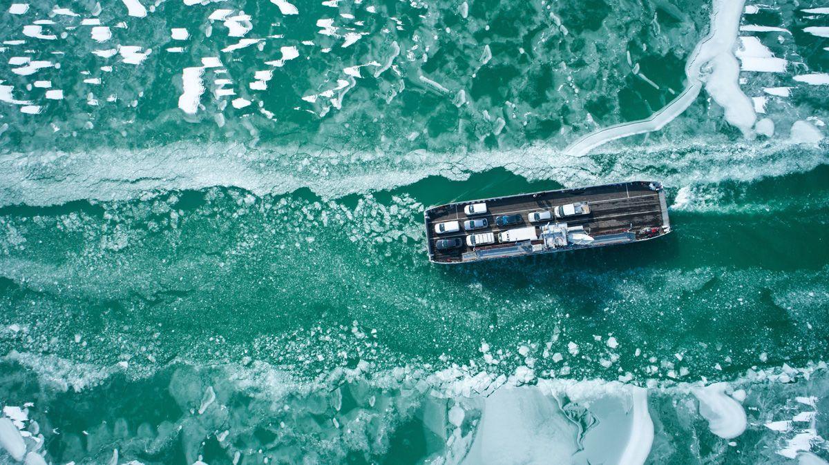 Szántód, 2018. február 28.Komp a jeges Balatonban Szántódnál 2018. február 28-án.MTI Fotó: Jánossy Gergely