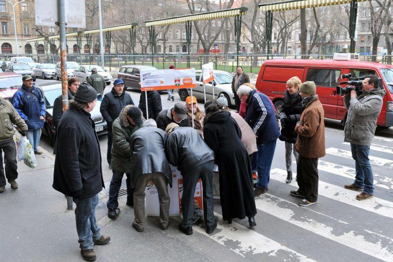 Budapest, 2013. március 23.A Fidesz aktivistái aláírásokat gyűjtenek a rezsicsökkentés támogatásához a főváros VI. kerületében, a Hunyadi téri vásárcsarnok előtt 2013. március 23-án.MTI Fotó: Máthé Zoltán