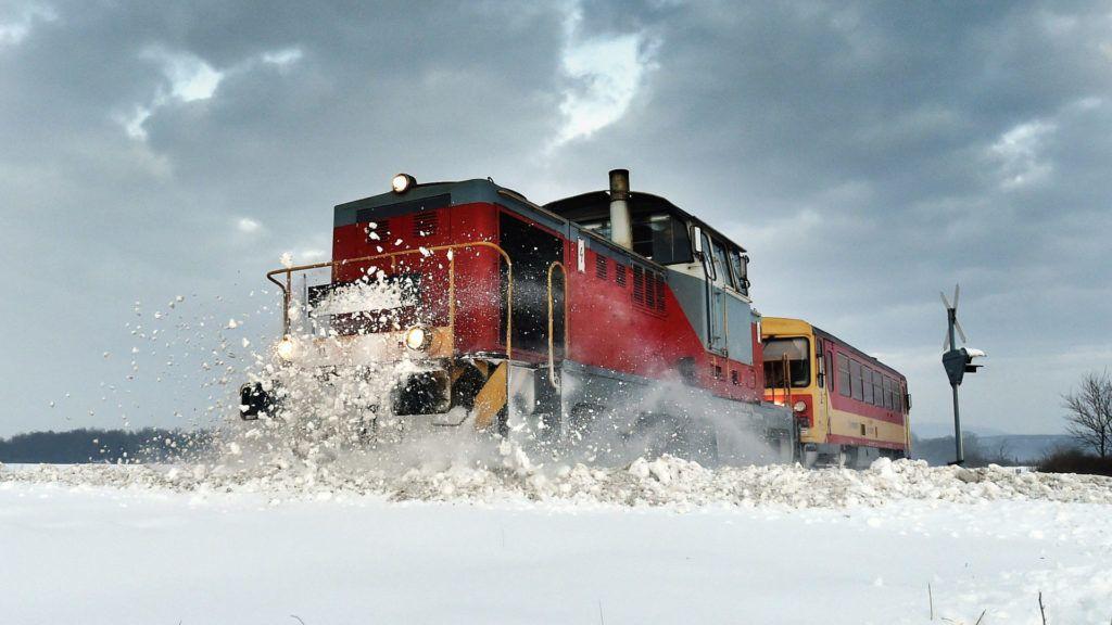 Hidasnémeti, 2017. január 14. Egy M43-as mozdonnyal vontatott szerelvény töri a hóval fedett vasúti pályát a Szerencs-Hidasnémeti vasútvonalon Hidasnémetinél 2017. január 14-én. MTI Fotó: Máthé Zoltán
