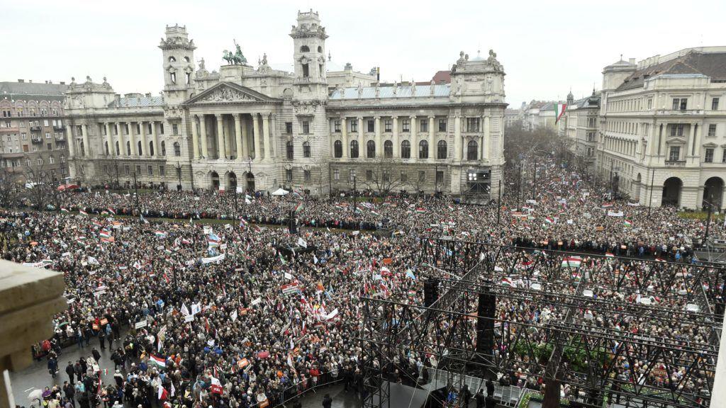 Budapest, 2018. március 15. A Civil Összefogás Fórum - Civil Összefogás Közhasznú Alapítvány (CÖF-CÖKA) Békemenetének résztvevõi gyülekeznek az 1848/49-es forradalom és szabadságharc emléknapja alkalmából rendezett díszünnepség elõtt az Országház elõtti Kossuth Lajos téren 2018. március 15-én. MTI Fotó: Bruzák Noémi