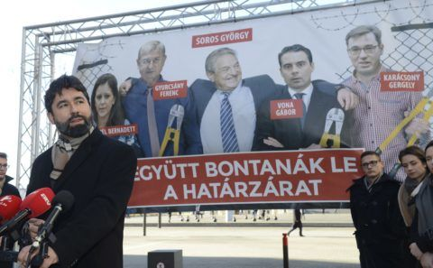 Budapest, 2018. január 30. Hidvéghi Balázs, a Fidesz kommunikációs igazgatója sajtótájékoztatót tart Az ellenzék lebontaná a határzárat címmel, amelyen bemutatta pártja új plakátját Budapesten, az Alkotmány utcában 2018. január 30-án. MTI Fotó: Soós Lajos