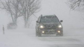 Gesztely, 2010. január 31. Személyautó halad a sûrû hófúvásban a 37-es számú fõúton a Borsod megyei Gesztely közelében. Országszerte több helyen folytatódott a 2010. január 30. óta tartó intenzív havazás. Borsod-Abaúj-Zemplén megyében hófúvás miatt négy út egy-egy szakasza vált járhatatlanná, több település megközelíthetetlen. A Fõvárosi Közterület-fenntartó (FKF) Zrt. mérései szerint a fõvárosban 4 centiméter friss, összesen 28 centiméter hó esett. MTI Fotó: Vajda János