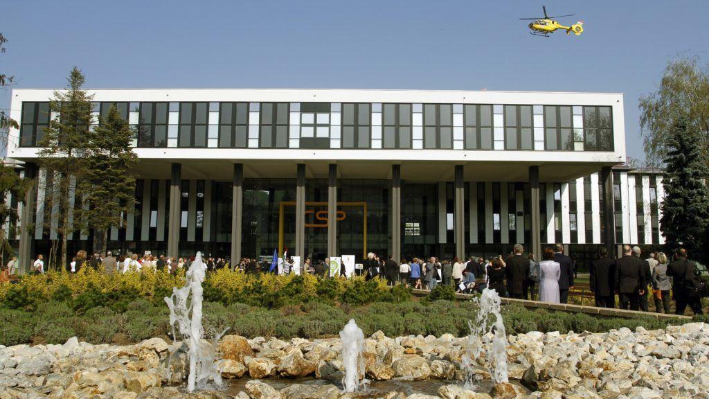Miskolc, 2014. április 2. Mentõhelikopter száll le a Borsod-Abaúj-Zemplén Megyei Kórház és Egyetemi Oktató Kórház Csillagpont épületének tetejére az épület avatási ünnepségén Miskolcon 2014. április 2-án. A 11 milliárdos beruházással az ország második legnagyobb ágyszámmal rendelkezõ egészségügyi intézménye jött létre, ahol évente 80 ezer fekvõbeteget látnak el 1428 aktív és 543 krónikus ágyon. MTI Fotó: Vajda János
