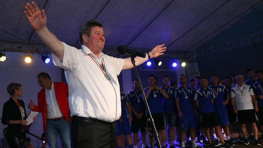 Mezőkövesd, 2016. június 5. Tállai András, a Mezőkövesd Zsóry FC elnöke, a Nemzetgazdasági Minisztérium parlamenti és adóügyekért felelős államtitkára beszédet mond a labdarúgó Merkantil Bank NB II, 30. (utolsó) fordulójában játszott Mezőkövesd - Dunaújváros mérkőzés után tartott ünnepségen Mezőkövesden 2016. június 5-én. A hazai csapat 4-0-ra legyőzte a Dunaújvárost, így feljutott az élvonalba. MTI Fotó: Vajda János