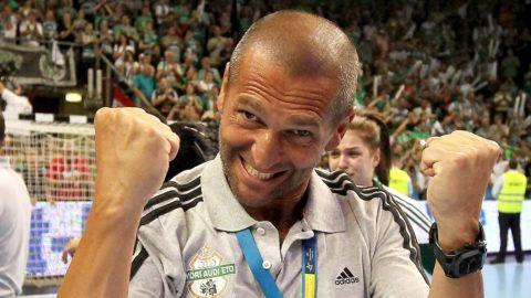 Veszprém, 2013. május 11.Danyi Gábor másodedző ünnepel, miután csapata - a döntőben legyőzve norvég Larvik együttesét - megnyerte a női kézilabda Bajnokok Ligáját 2013. május 11-én Veszprémben. A Győr az első mérkőzésen idegenben aratott 24-21-es győzelme után a visszavágón 23-22-re nyert.MTI Fotó: Kovács Anikó