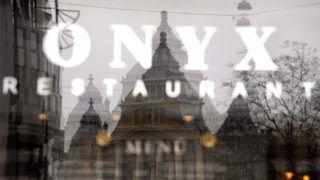 Budapest, 2011. március 16. Felirat az Onyx étterem ablakában. Újabb budapesti étterem, a Vörösmarty téren található Onyx kapott Michelin-csillagot. MTI Fotó: Beliczay László