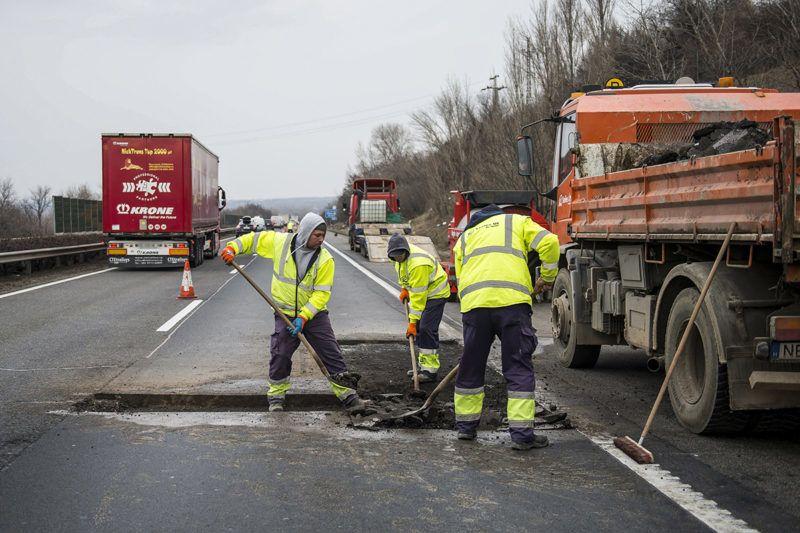 Tatabánya, 2018. január 10.Kátyúzási munkálatokat végeznek az M1-es autópályán, Tatabánya közelében 2018. január 10-én. A munkálatok ideje alatt a forgalom felváltva a külső, belső és leálló sávban halad.MTI Fotó: Bodnár Boglárka