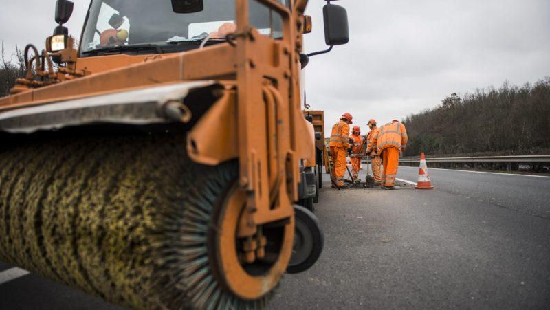 Bicske, 2018. január 10. Kátyúzási munkálatokat végeznek az M1-es autópályán, Bicske közelében 2018. január 10-én. A munkálatok ideje alatt a forgalom felváltva a külsõ, belsõ és leálló sávban halad. MTI Fotó: Bodnár Boglárka