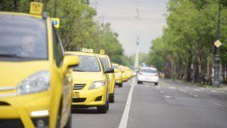 Budapest, 2016. május 3. A demonstráló taxis szervezetek konvoja halad az Andrássy úton 2016. május 3-án. A vonulásos demonstrációval a taxisok az Uber közösségi személyszállító szolgáltatás ellen tiltakoznak. MTI Fotó: Balogh Zoltán