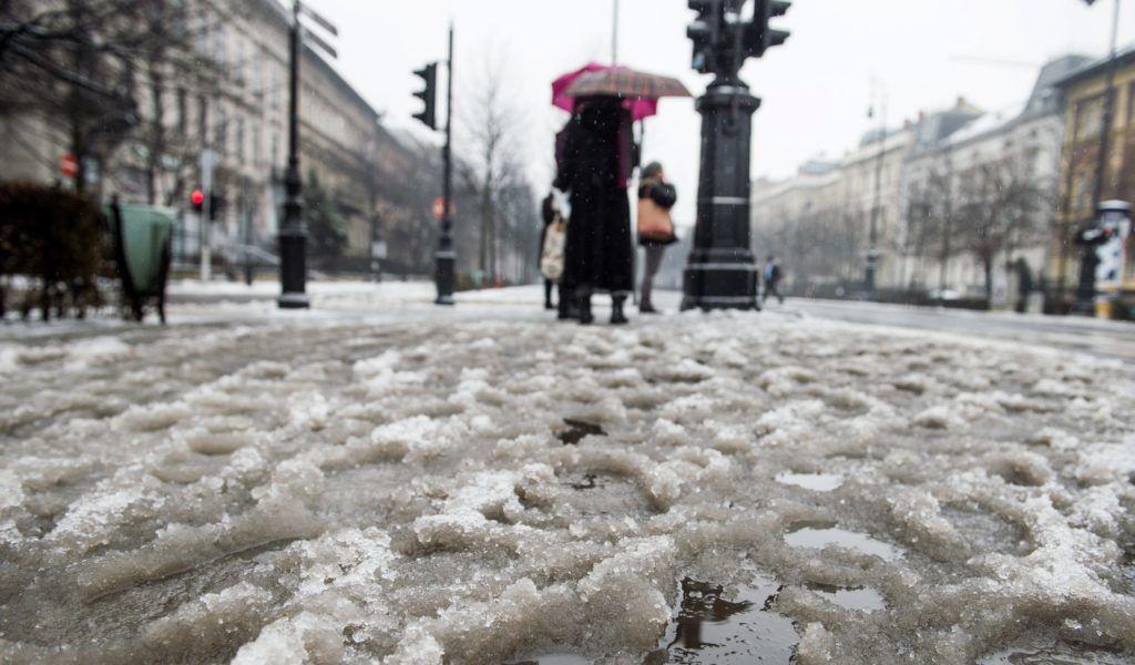 Budapest, 2017. február 1. Gyalogosok az ónos esõben Budapesten, az Andrássy úton 2017. február 1-jén. MTI Fotó: Balogh Zoltán