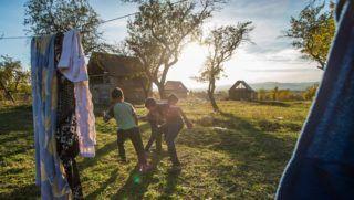Gidófalva, 2017. október 21. Erdélyi roma gyerekek fociznak Gidófalván 2017. október 18-án. Sepsiszentgyörgyön és a környezõ falvakban több ezer roma él a létminimum alatt. MTI Fotó: Balogh Zoltán