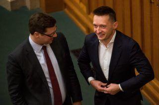 Budapest, 2017. november 27. Gulyás Gergely, a Fidesz frakcióvezetõje (b) és Rogán Antal, a Miniszterelnöki Kabinetirodát vezetõ miniszter az Országgyûlés plenáris ülésén 2017. november 27-én. MTI Fotó: Balogh Zoltán