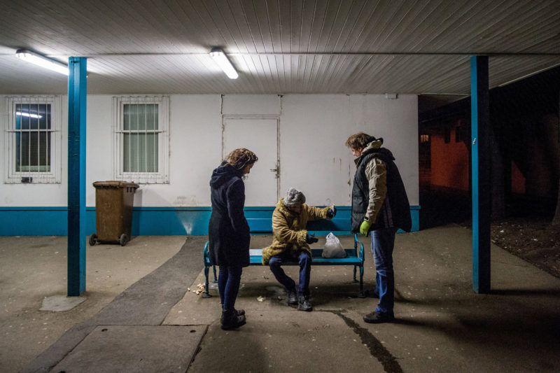 Budapest, 2018. február 26.Az otthontalanokat segítő Menhely Alapítvány 24 órában működő krízisautó szolgálatának munkatársai hajléktalan férfinak segítenek a főváros  XV. kerületében, a MÁV-telep villamosmegállónál 2018. február 25-én. Az alapítvány munkatársai a hideg idő miatt a nappali melegedőbe és az éjjeli menedékhelyre próbálják eljuttatni az utcán élőket.MTI Fotó: Balogh Zoltán