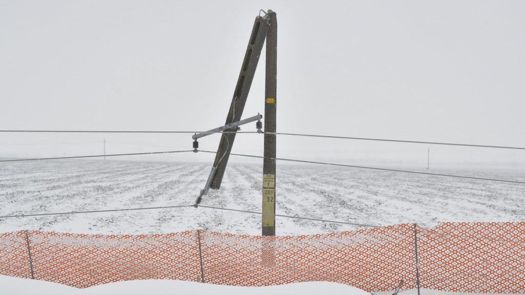 Debrecen, 2018. március 18. A hóviharral járó erõs szél miatt kettétört villanypózna a 33-as fõút mellett Debrecen határában 2018. március 18-án. MTI Fotó: Czeglédi Zsolt