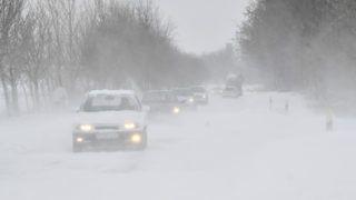 Hajdúnánás, 2018. március 18. Autók közlekednek a hófúvásban a Hajdúnánás és Hajdúdorog közötti úton 2018. március 18-án. MTI Fotó: Czeglédi Zsolt